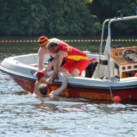 Rettungsschwimmer nehmen ein Kind auf