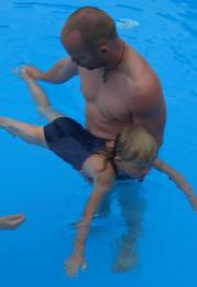 DLRG-Ausbilder beim Anfängerschwimmen